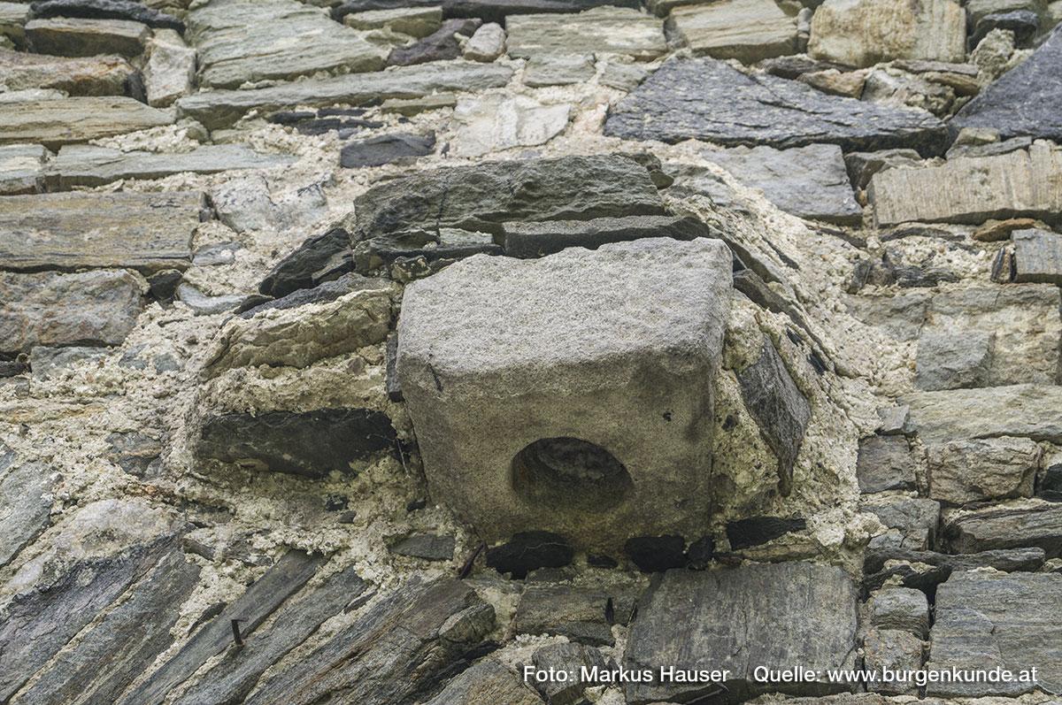 In diesen Steinfassungen waren einst die Torflügel verankert.