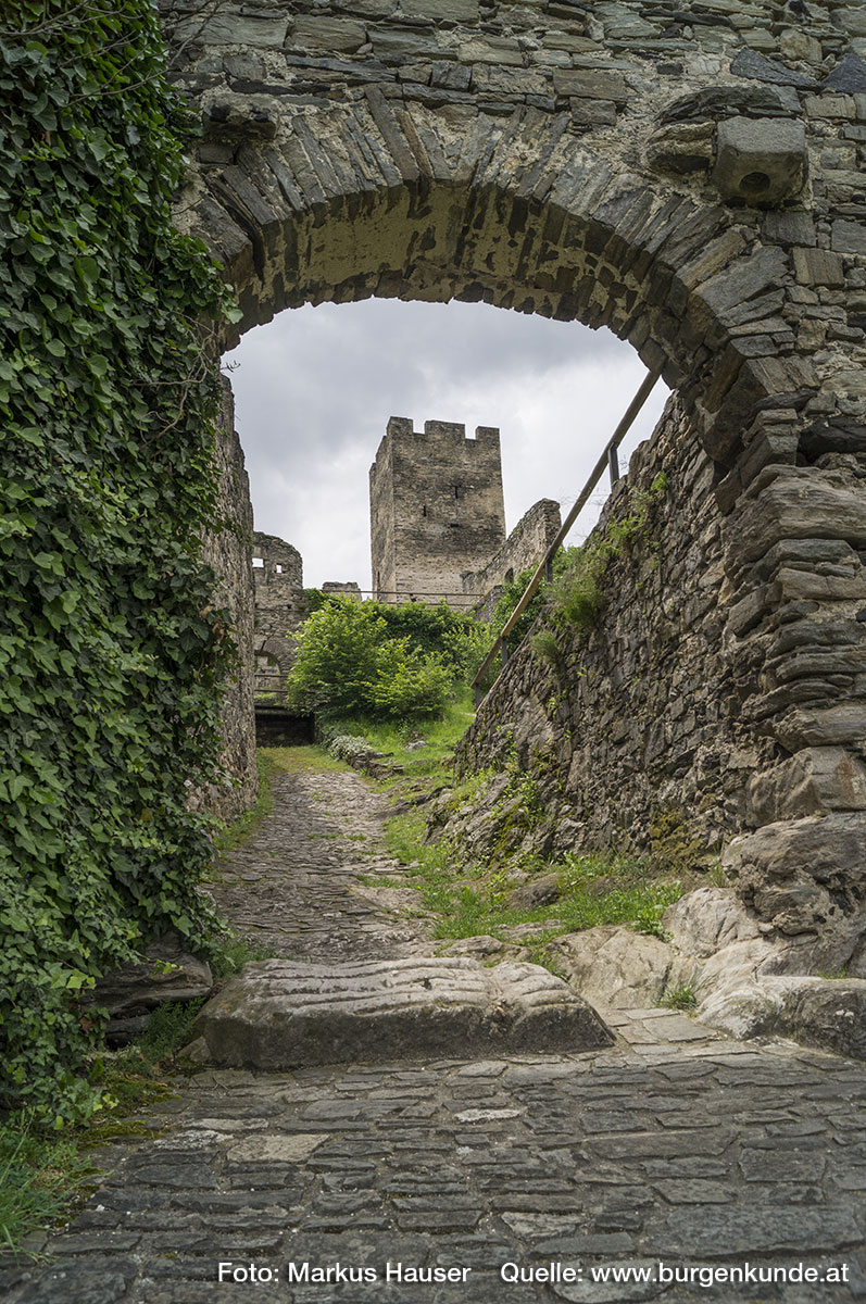 Blick durch das Tor im bastionsartig angelegten Vorwerk der Nordostseite zum Bergfried der Ruine Hinterhaus.