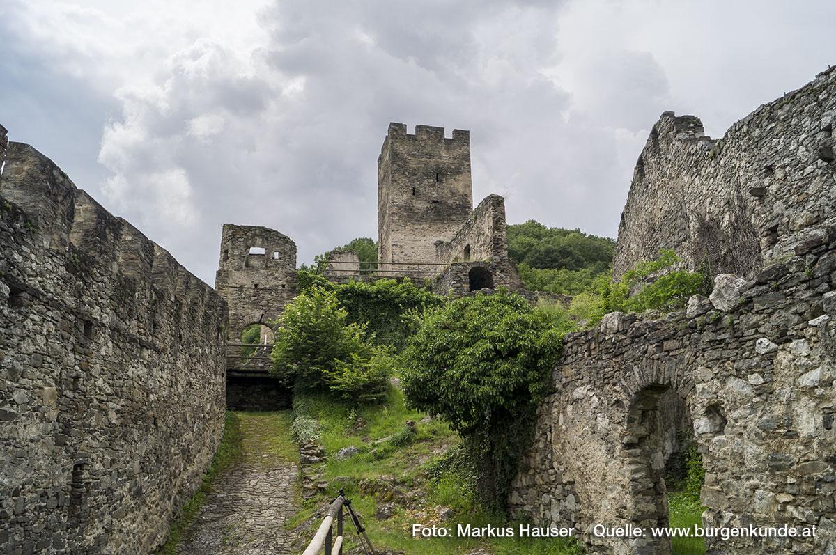 Links am Bild ist der Weg durch die Vorburg bis unterhalb des Torgebäudes zu sehen. Rechts Reste der einstigen Stallungen.
