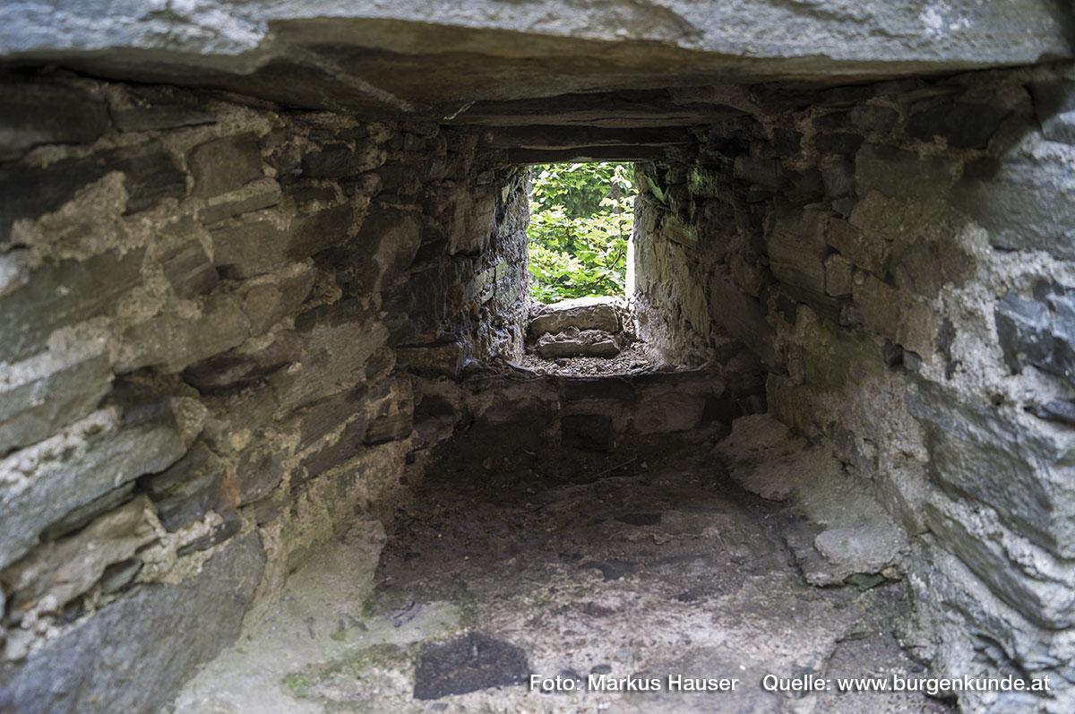 Hier eine der Schießscharten der nordöstlichen Vorburg im Detail. Ca 50 cm vor der Aussenmauer wurde ein steinernes Auflager für die Feuerwaffen gemauert.