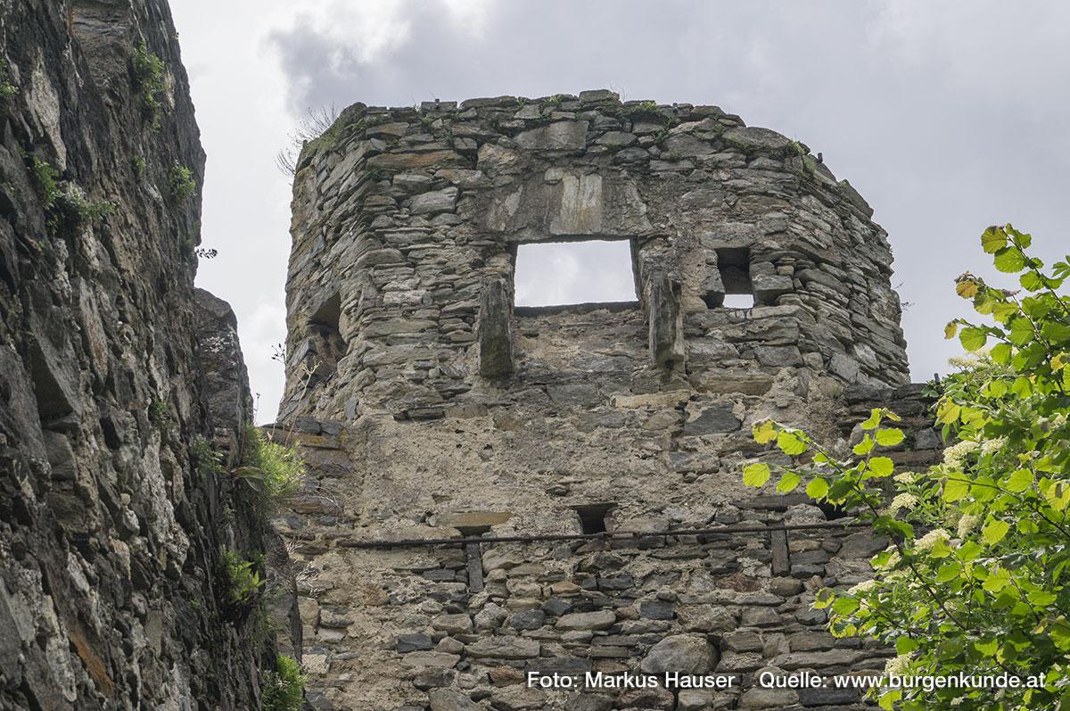Ober dem Tor besaß der Turm einen breiten Pecherker und einige Scharten. Die Ecken des Torbaues sind zur Vorburg hin angeschrägt.
