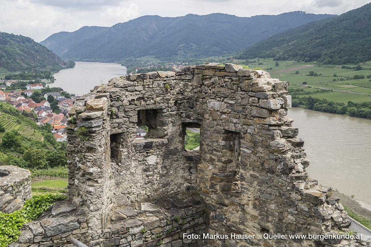 Schon von diesem Torbau aus hatte man einen guten Blick über das Gelände vor der Burg sowie weiter Donauabwärts.