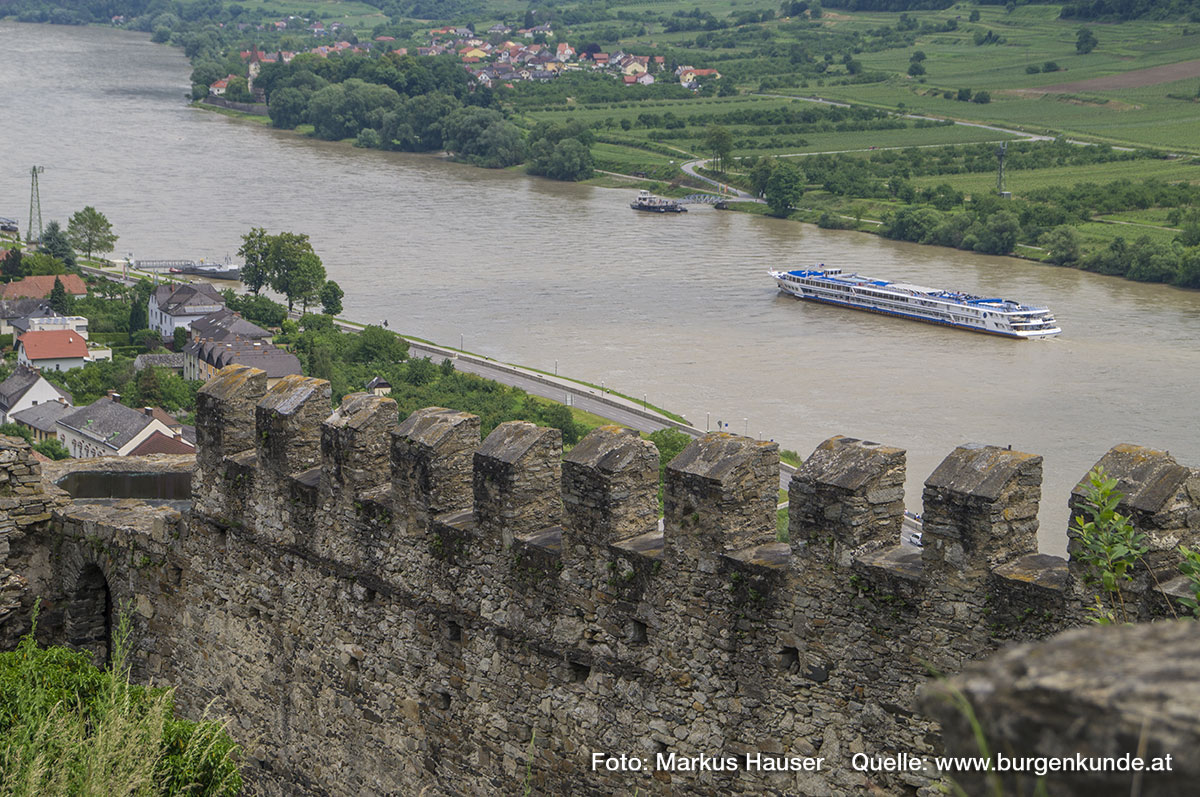 Donauseitig ist noch die zinnengekrönte Mauer der Vorburg erhalten. Sie verläuft vom Rundturm der Vorburg hinauf bis zum Torbau der Hauptburg. An der Innenseite verlief einst ein (hölzerner) Wehrgang.