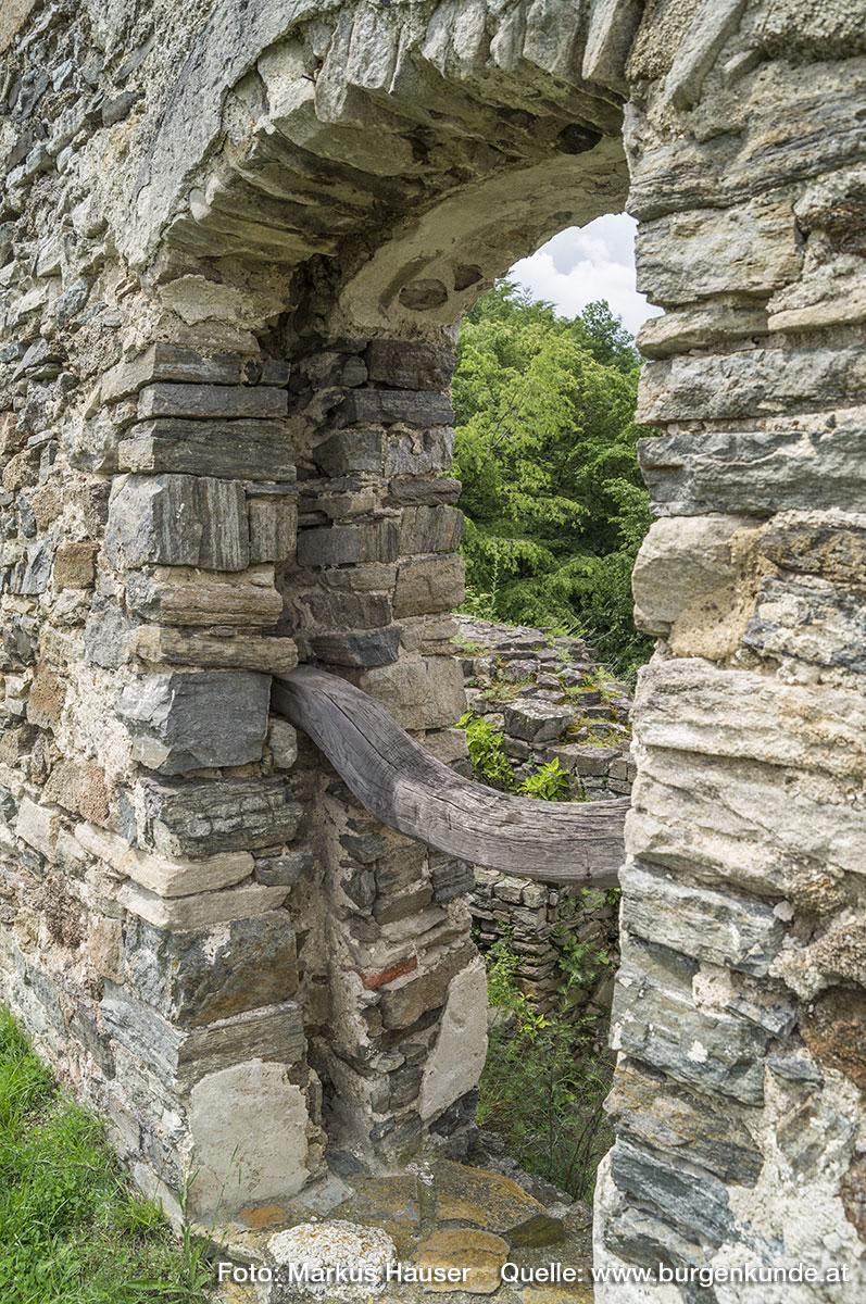 Rundbogige Türöffnung im Bereich des Palas, vmtl. aus Umbauten zwischen dem 14. und 16. Jhdt.