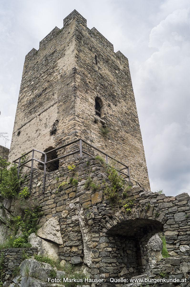 Einer der ältesten Teile der Ruine HInterhaus ist zweifelsohne der Turm. Im Bild links unten der ausgebrochene Zugang zum Inneren, an der rechten Seite der ursprüngliche Hocheinstieg mit darüber liegender Schlitzscharte. Rechts unten der Durchgang vom Innenhof der Hauptburg zur bergseitigen Vorburg.