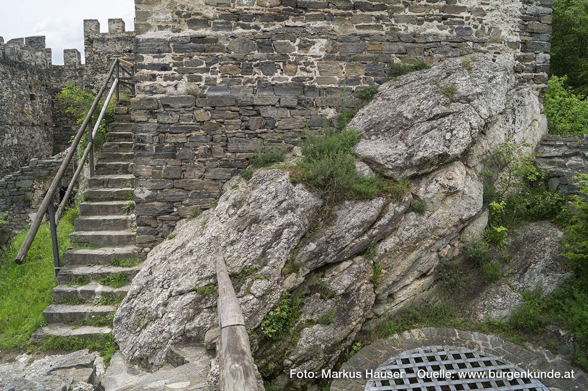 Der eckige Turm sitzt auf gewachsenem Fels auf.