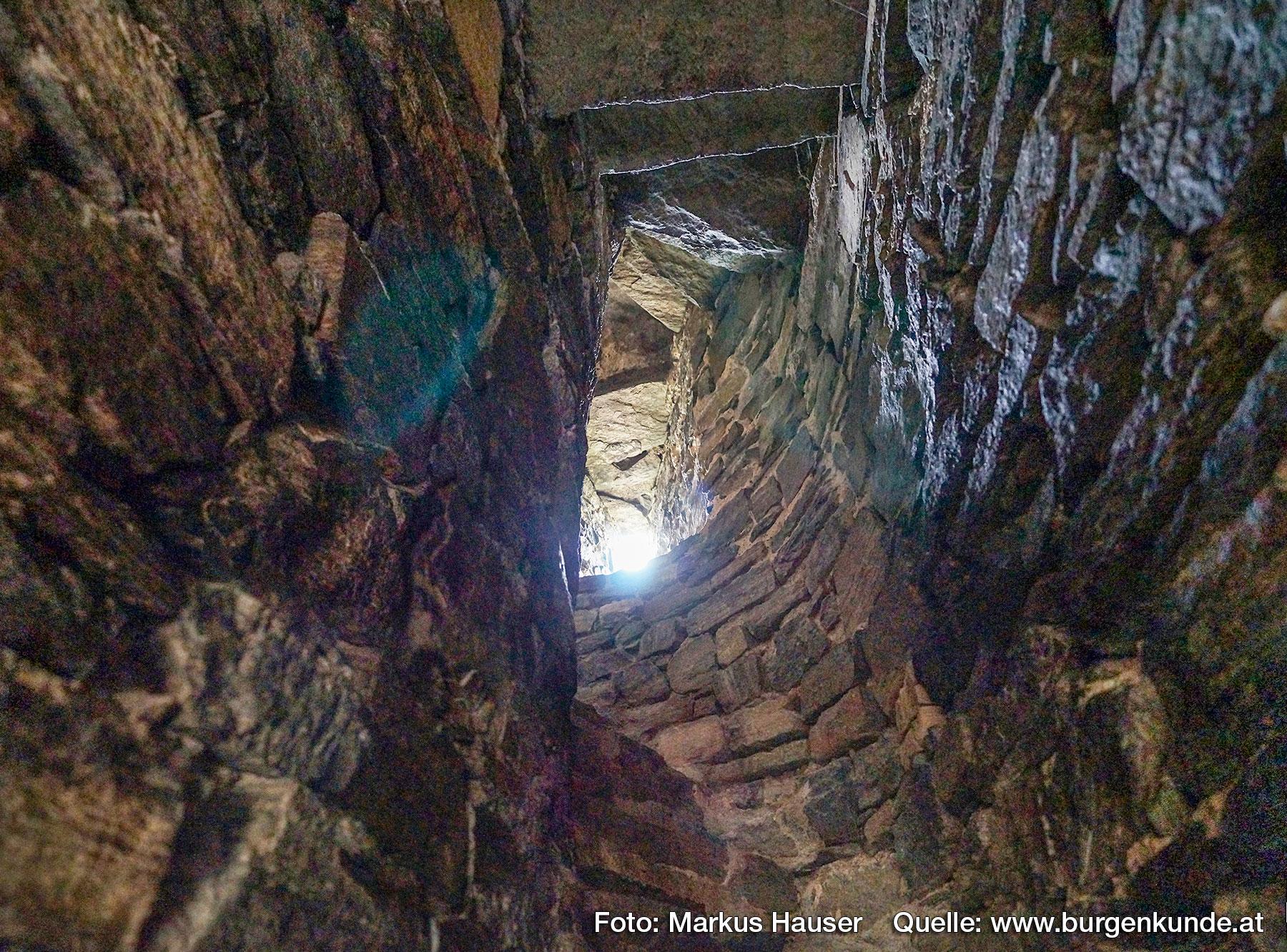 Die teilweise noch romanische Stiegenanlage im Mauerwerk des Turmes. Blick vom Bereich des Hocheinstieges Richtrung aufwärts.