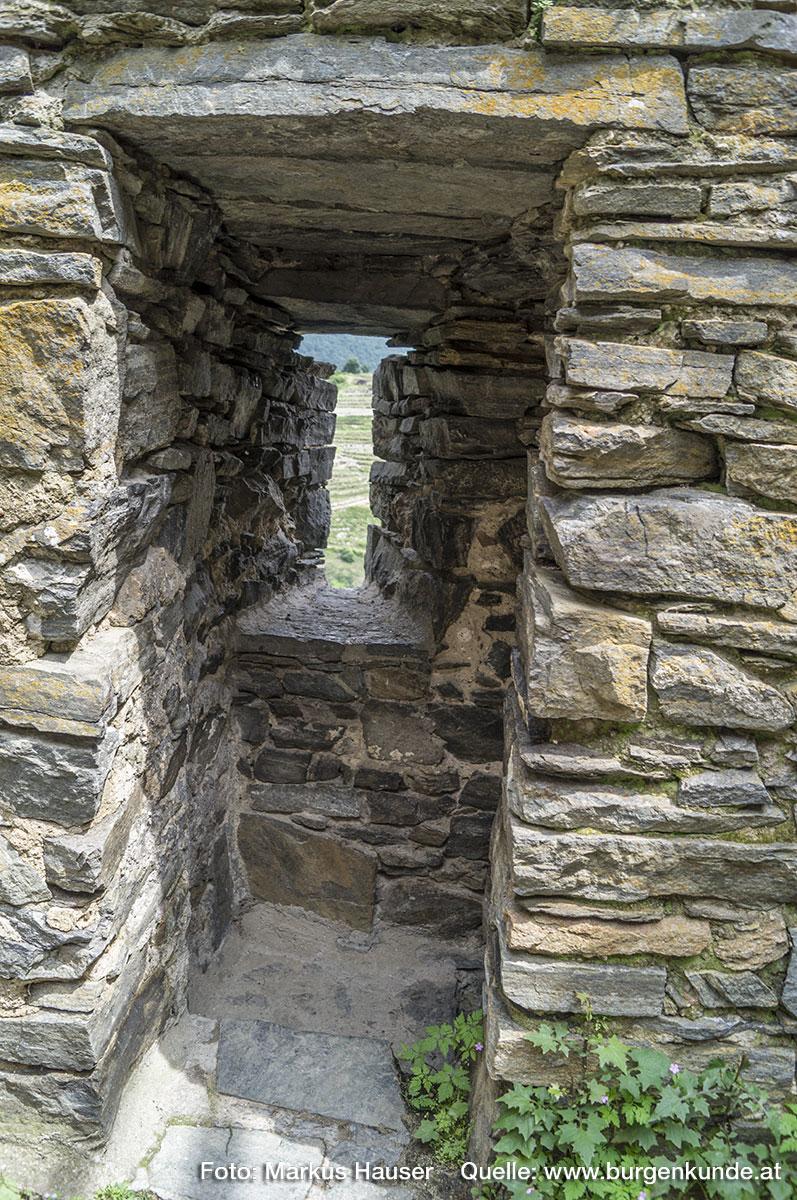Am Abgang im Mauerwerk ist eine der wenigen Schlitzscharten im oberen Bereich des Turmes erhalten.