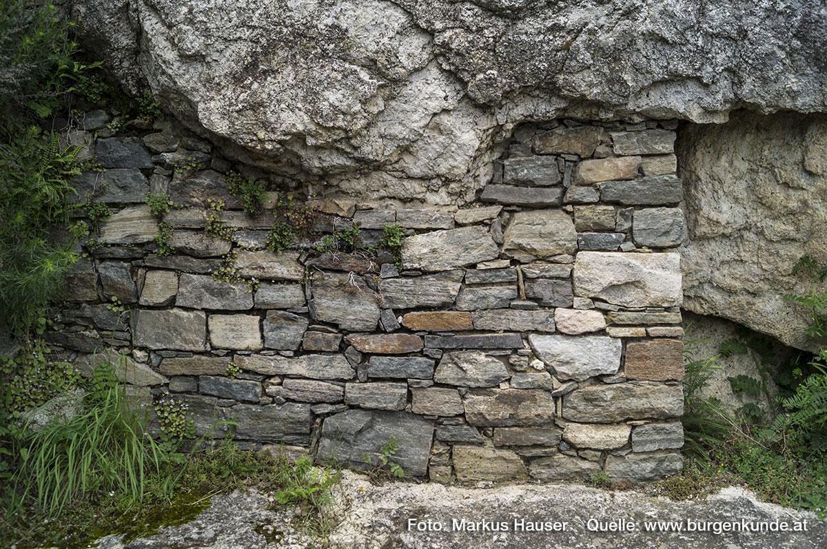 Stützmauer des Felsens unter dem Turmsockel.