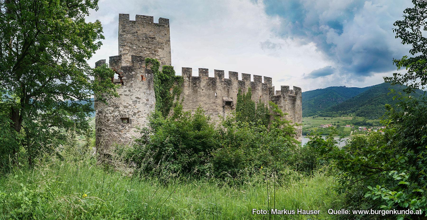 Die bergseitige Vorburg wird bereits durch traditionell gestaltete Wehrelemente der frühen Renaissance bestimmt.