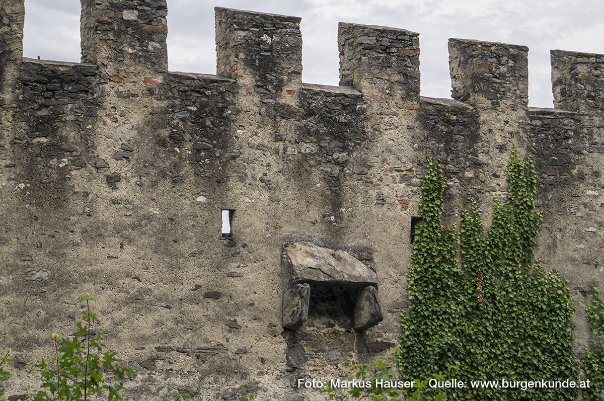 Zinnenmauer mit Pecherker an der Südwestseite der Ruine Hinterhaus.