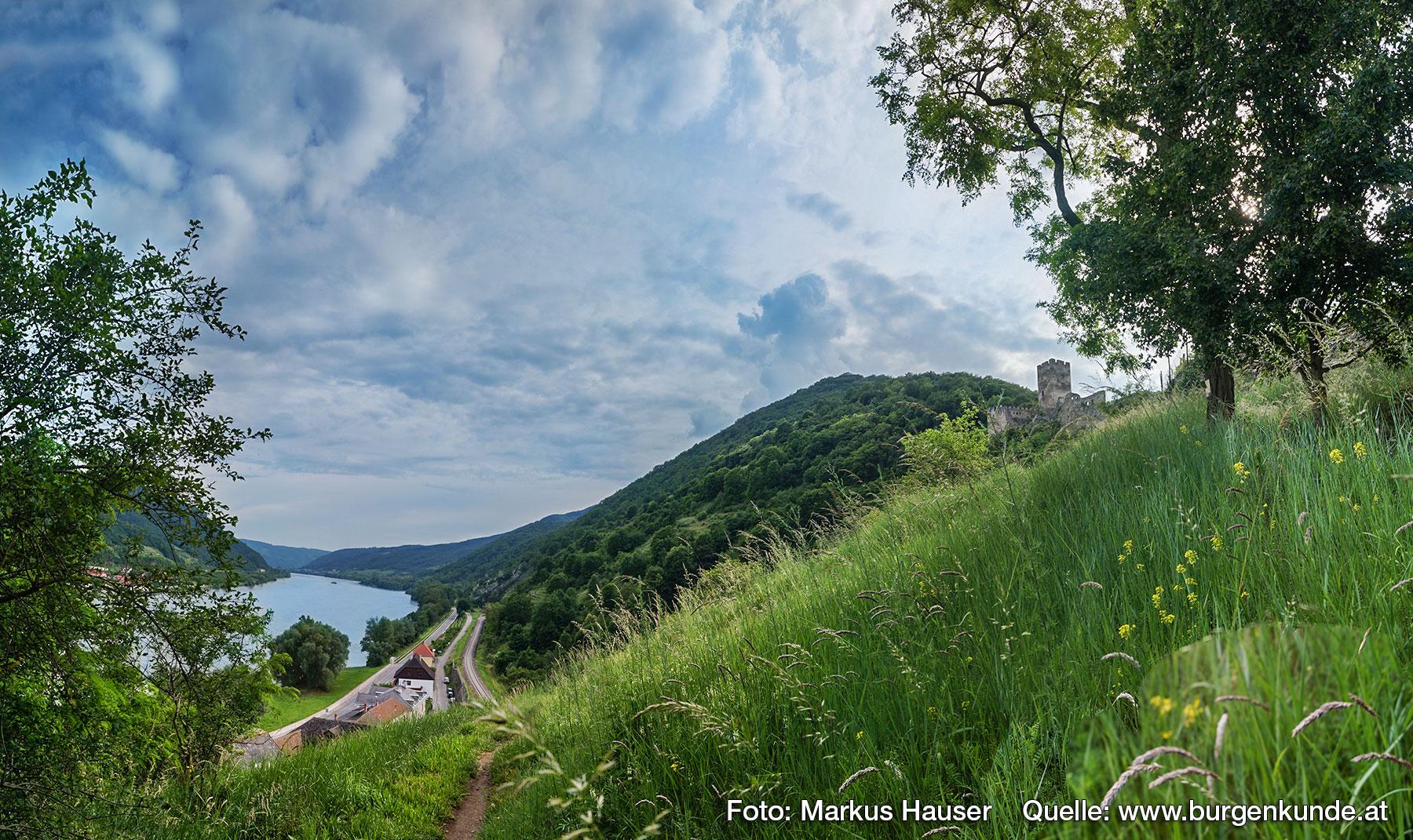 Auf einem zur Donau hin abfallenden Ausläufer des Jauerlingmassivs, genannt Hausberg, liegt inmitten von Weinbergen die Ruine Hinterhaus.
