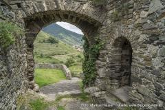 Gleich neben dem Tor befindet sich der Zugang zum donauseitigen Rundturm, der leicht aus dem Mauerwerk hervorspringt.