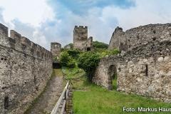 Blick durch die Vorburg. Links die donauseitge Wehrmauer. In der Mitte die ehemaligen Stallungen. Rechts der Zugang zum Rundturm.