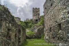 Blick durch das ehemalige Stallgebäude zum Bergfried der Ruine Hinterhaus.