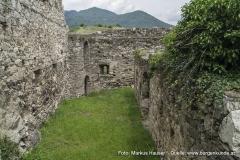 Blick durch die einstigen Stallungen zum Rundturm der Vorburg.