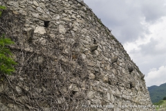 Die Aussenwand der Vorburg weist im Bereich der einstigen Stallungen in den Innenbereich ragende Kragsteine auf.