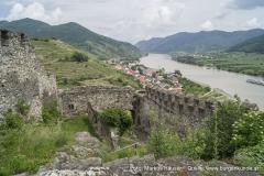 Im Bild die Vorburg der Ruine Hinterhaus, dahinter der 1000 Eimer Berg, die MG Spitz und die Donau.