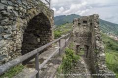 Nachdem der Zugang zur Hauptburg erfolgte, gelangt man in einen engen Bereich zwischen einst hochaufragender Aussenmauer und ehemaligen Palas. Dieser Bereich ähnelt sehr einem Zwinger.