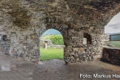 Hier der kellerartige Raum des Palas. In der Bildmitte ein Ausgang zu einem Nebenraum, rechts Ausblick ins Donautal.