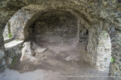Als Boden dieses Raumes dient der gewachsene Fels.