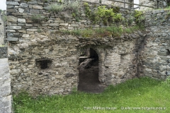 Verlässt man den kellerartigen Raum gelangt man in einen Nebenraum, der offenbar ebenfalls einst gewölbt war. Auch gibt es, neben der Türe, kleine Fensteröffnungen zwischen den Räumen.