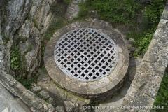 Der Brunnen, der zugleich als Zisterne diente, wurde direkt neben dem Felsen angelegt, auf dem der Bergfried erbaut wurde.