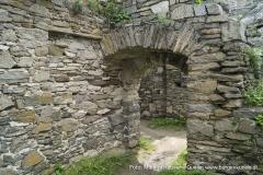 Direkt hinter der ersten Türöffnung zeigt die Mauer im Innenbereich eine eckige Aussparung.