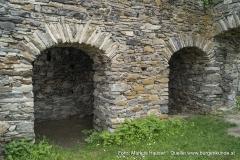 Hinter diesen beiden Mauerbögen ist die ursprüngliche Mauer aus der Erbauungsphase der Hauptburg aus dem 13. Jhdt. erhalten geblieben.