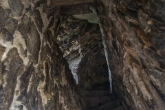 Die teilweise noch romanische Stiegenanlage im Mauerwerk des Turmes. Blick: Stiegenabwärts.
