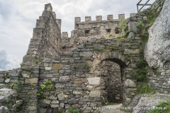 Reste des ursprünglich kastellartig angelegten Berings mit lagerhaftem, grobblockigen Bruchsteinmauerwerk aus dem 13. Jhdt.