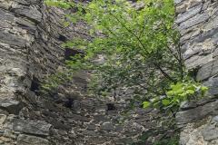Der Rundturm an der Bergseite der Ruine Hinterhaus. Zum Innenhof hin völlig offen und zinnengekrönt.