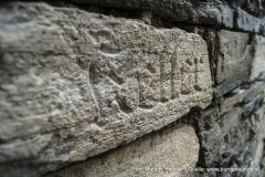 Auch hier wieder die Gebäudebezeichnung als Gravur im Mauerstein.