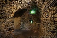 Hier war einst der Halsgraben der Anlage. Dieser wurde später überbaut und als Keller adaptiert.