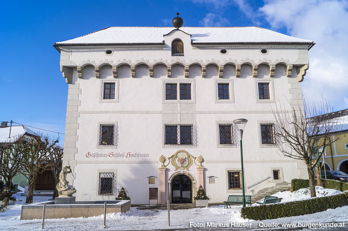 Die klar strukturierte Front vom Schloss Hochhaus. Die Fenster rechts unten stammen noch aus der Gotik.