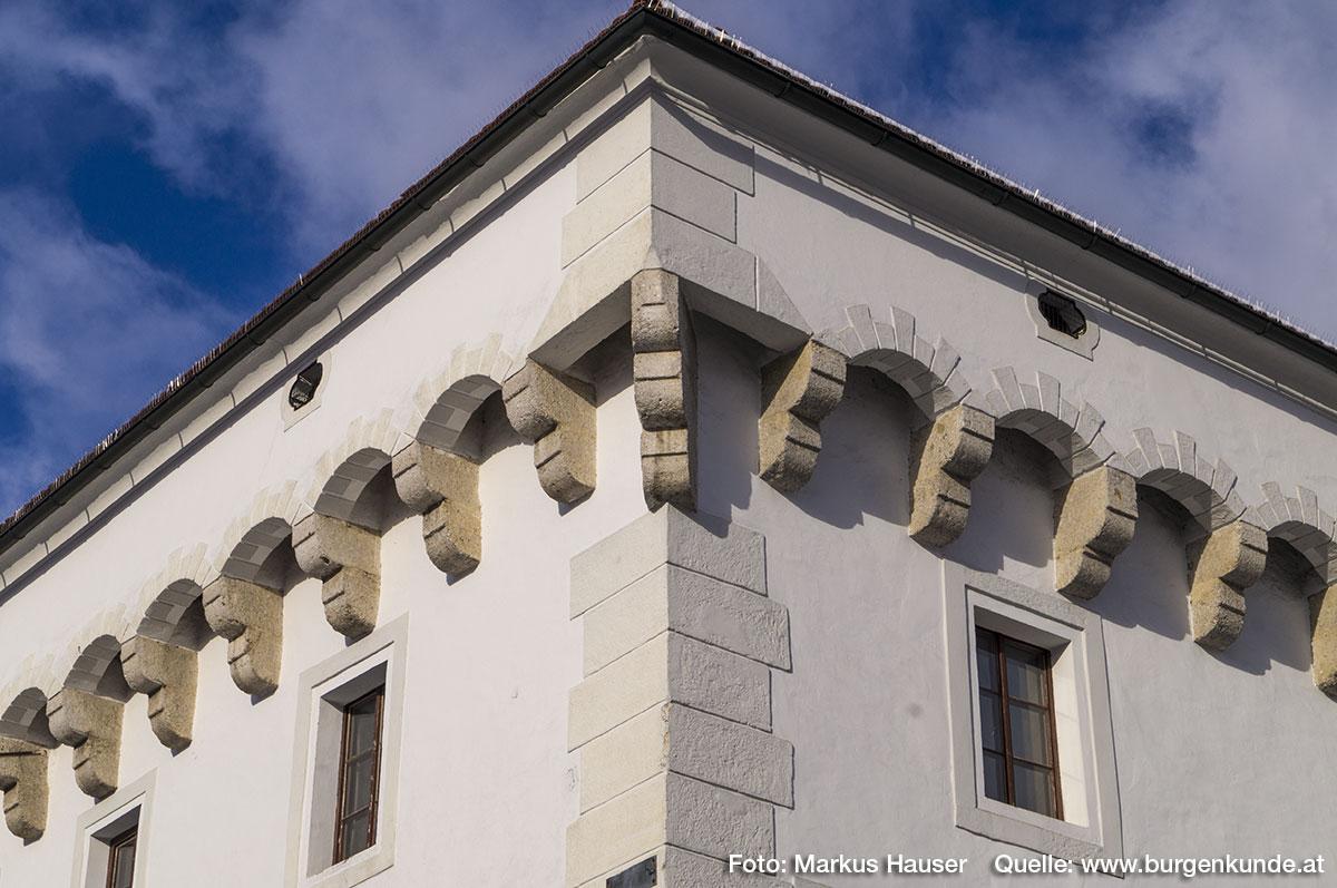 Charakteristisch für Schloss Hochhaus ist der an drei Seiten (nicht im Norden) umlaufende, wehrgangartige Stichbogenfries, abgeschlossen von einem Kranzgesims.