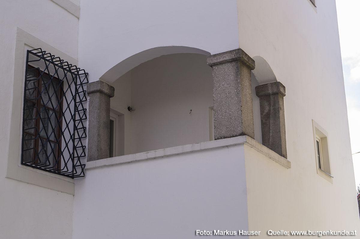 Der schmale Anbau an der Nordseite von Schloss Hochhaus. Im ersten Stock befindet sich diese offene Konstruktion.