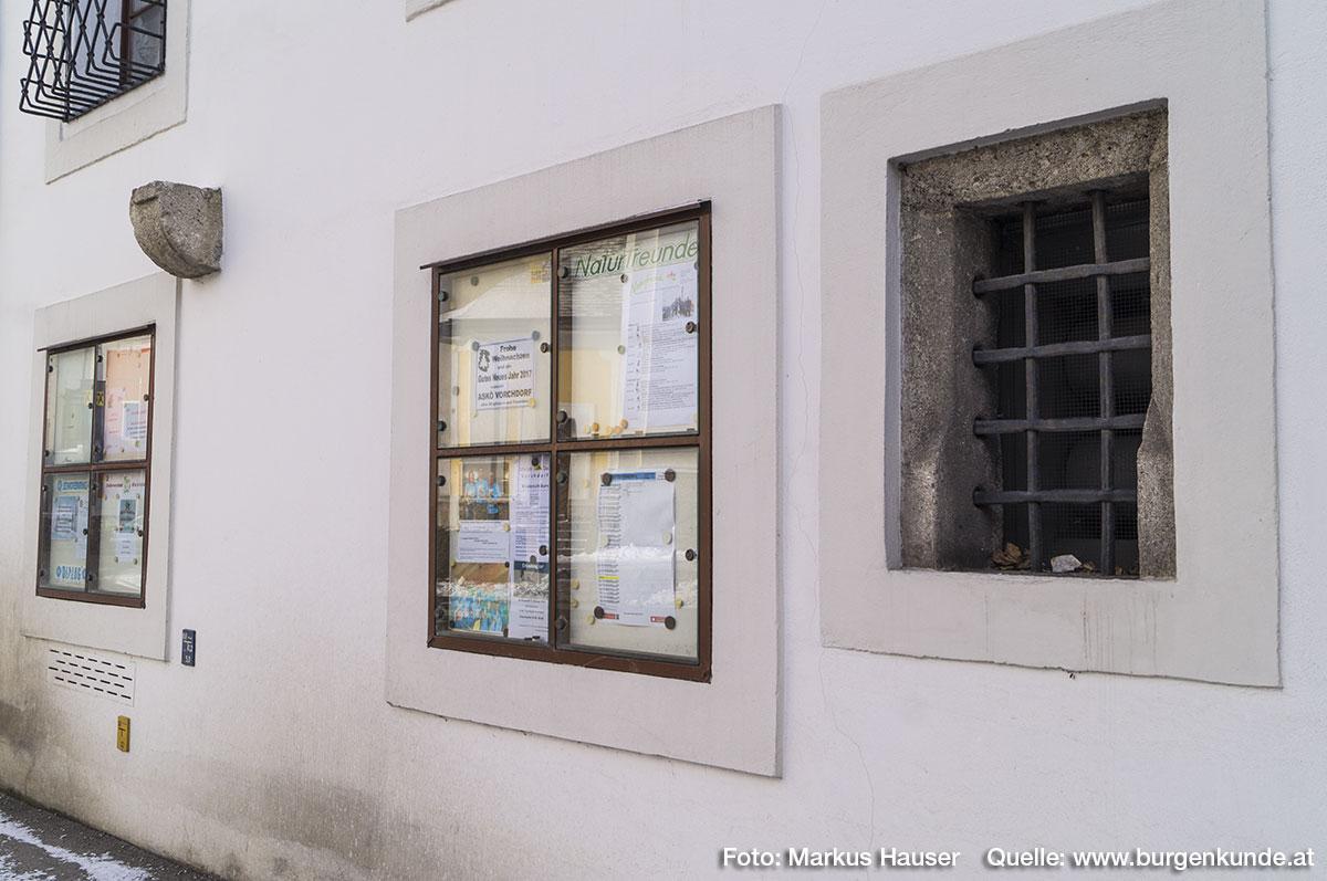 Hier ist auch dieses zweite gotische Fenster mit Rundstäben zu finden. Daneben etwas oberhalb befindet sich ein auf Sicht gearbeiteter, abgerundeter Kragstein aus Konglomerat, der wohl ein Bauglied des hier bis 1871 angrenzenden Zwingers trug.