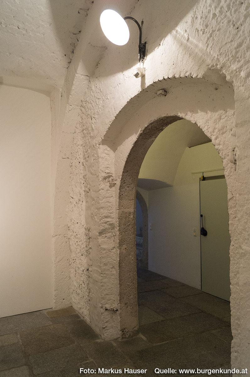 Im Inneren sieht man bei diesem Tor, das es einen größeren (ursprünglichen), mit behauenen Quadern gesetzten Steinbogen verkleinerte.
