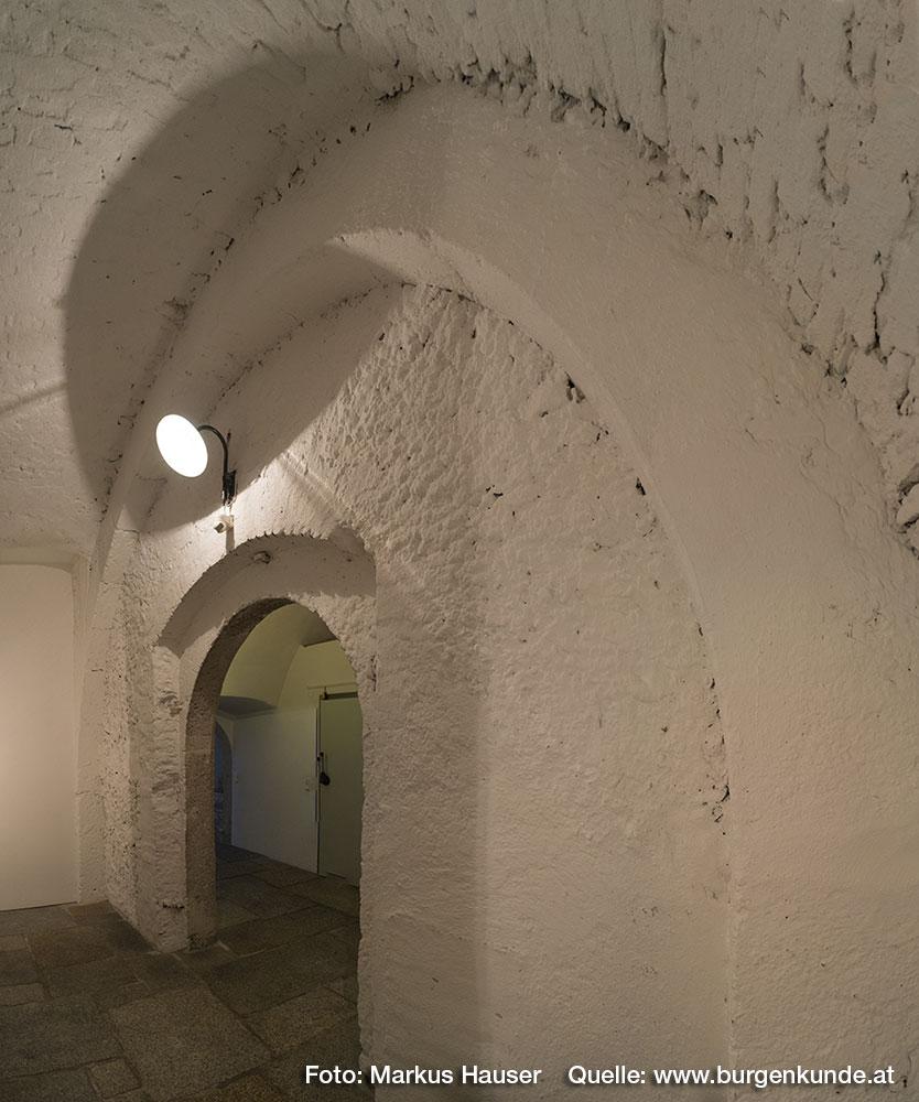 Dieser Steinbogen aus sorgfältig behauenen Quadern ist uns schon aus dem großen Keller der Ruine Wallsee bekannt.