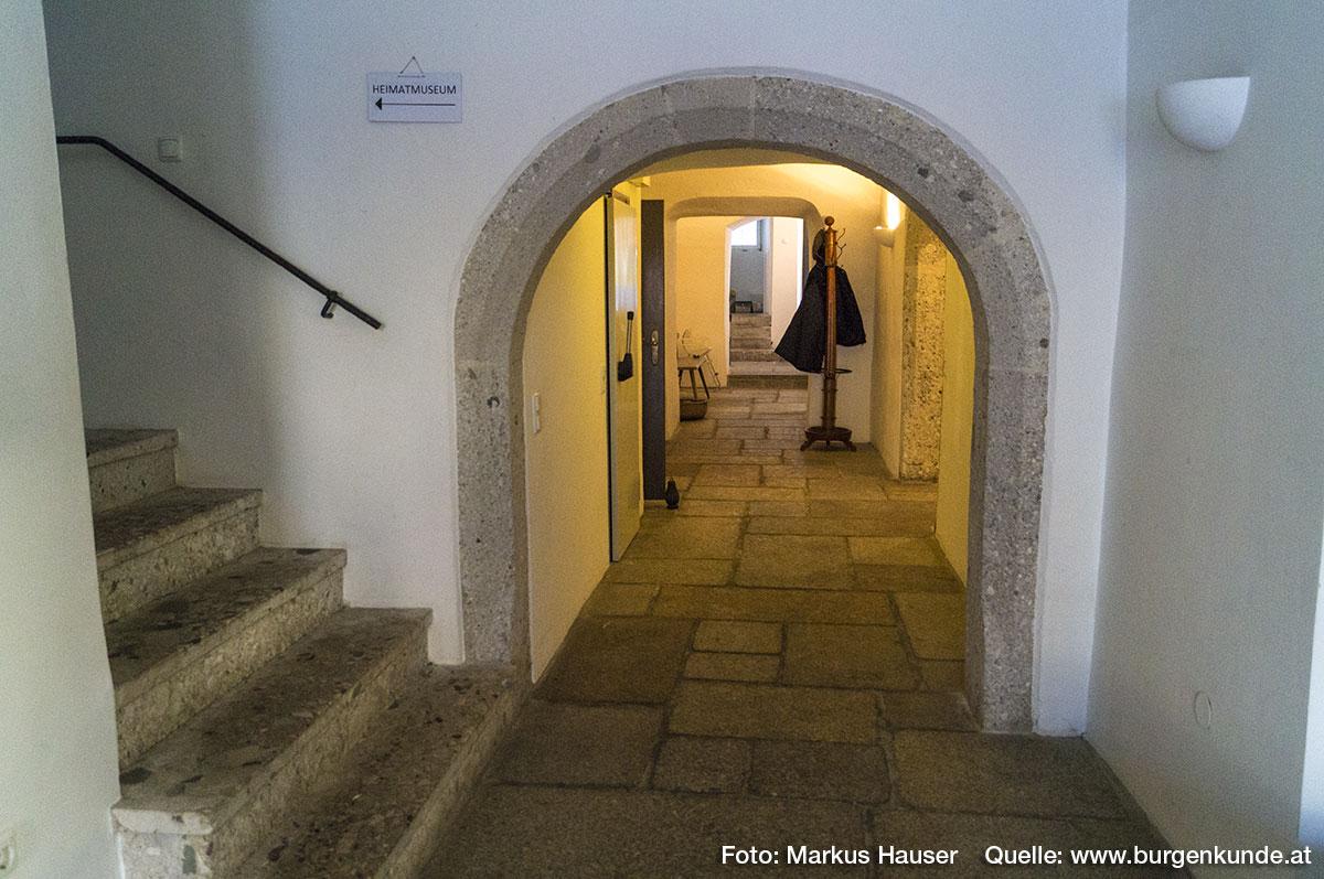 Der ebenerdige Mittelgang im Schloss Hochhaus zeigt mehrere abgefaste Rundbögen, ein an sich spätmittelalterliches Motiv das sich häufig und sehr unterschiedlich Dimensioniert in der Bürgerarchtiektur des 16. Jhdts. zeigt.