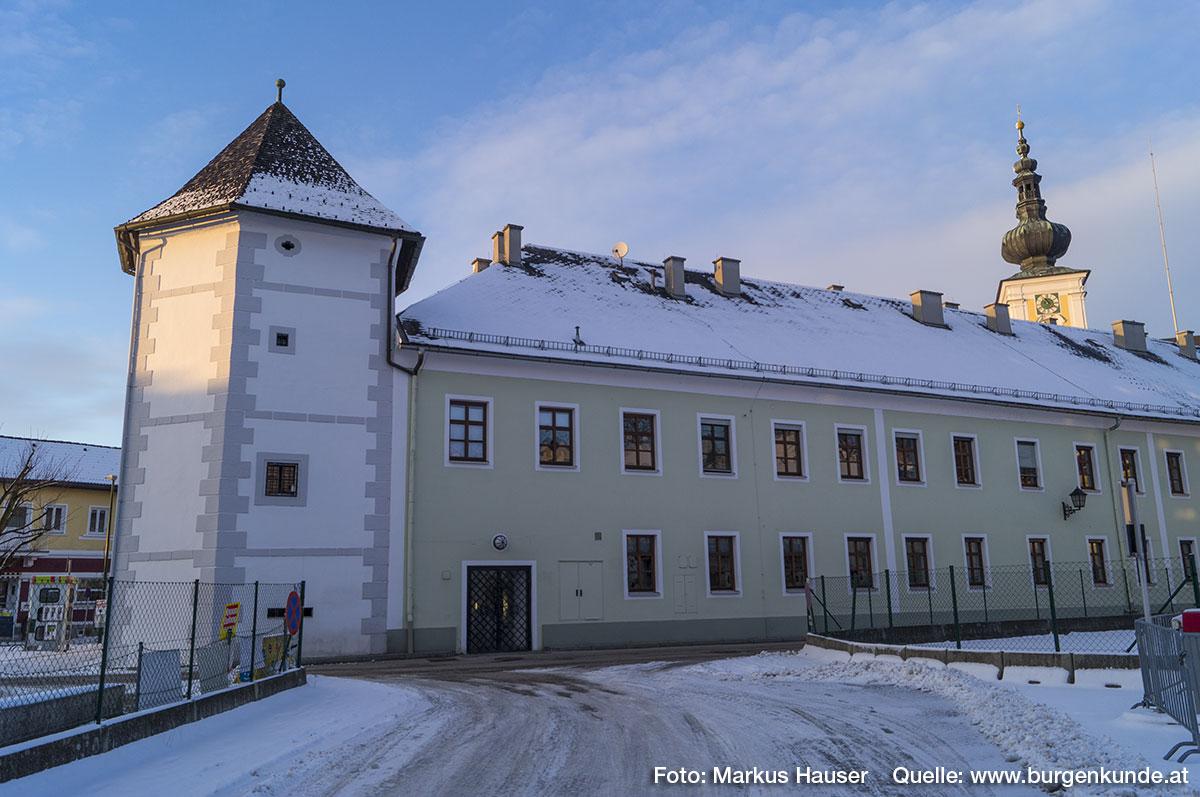 An den Fischerturm schließt sich das Gebäude der Gemeinde Vorchdorf an.