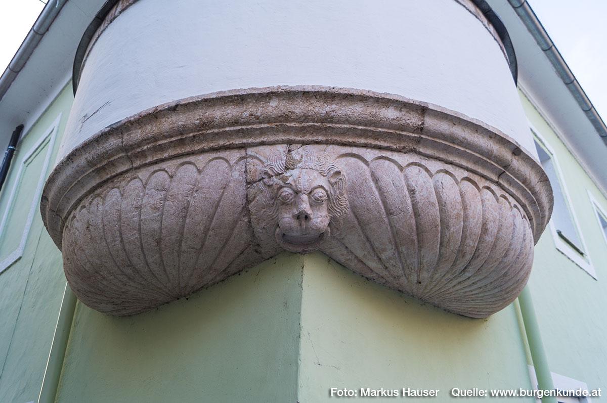 Am anderen Ende befand sich einst der Mairhof. Das heutige Gebäude erinnert mit seinem Runderker mit Muschelschale an alte, glanzvolle Zeiten.