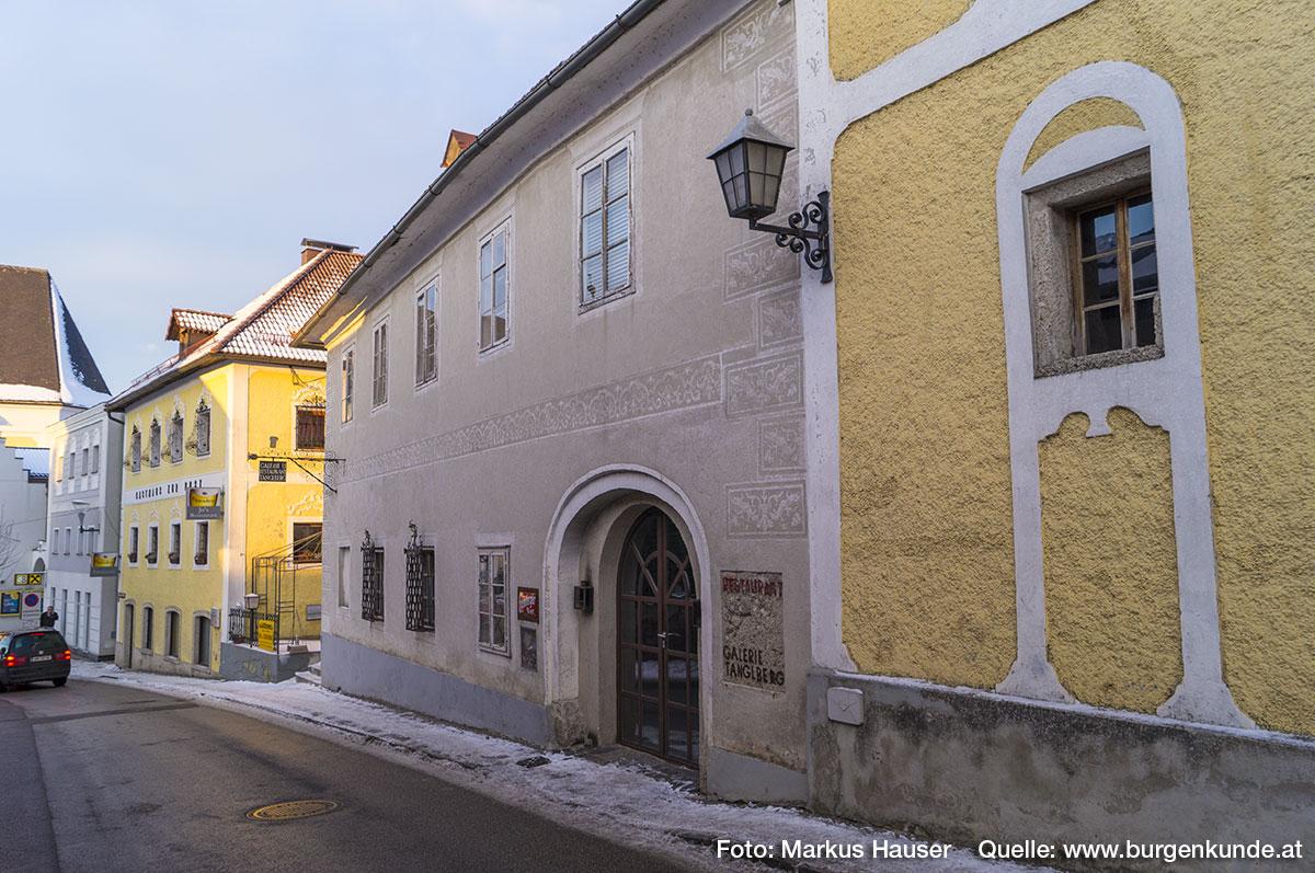 Gegenüber vom einstigen Mairhof befindet sich dieses historische Gebäude. Es ist dies das einstige Bürgerspital von Vorchdorf. Hier verbrachten vorwiegend alte und arme Leute, zumeist Bauern, ihren Lebensabend. Die Kost, seit 1520 durch eine Zuwendung des Stiftes Kremsmünsters und eine Eggenberger Stiftung gesichert, war spärlich und einfach. Dennoch weist das Gebäude eine Sgraffitofassade auf.