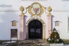 Das Rokoko Eingangsportal aus dem 18. Jhdt. Links der vermauerte Römerstein, ober dem Portal das Wappen der Fischbäck.