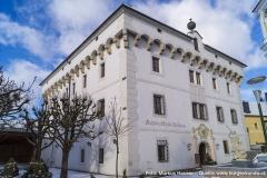 Der wuchtige, quaderartige Baukörper von Schloss Hochhaus.