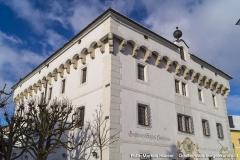 Der an drei Seiten (nicht im Norden) umlaufende Stichbogenfries auf Kranzgesims zeigt große Ähnlichkeit mit Schloss Pragstein.