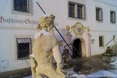 Die nach Südosten gerichtete Hauptfassade. Sie beherrschte einst den Schlosshof, auf dem jederzeit Kirtag abgehalten werden konnte.