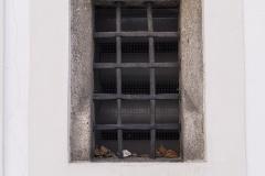 Gotisches Fenster mit Rundstäben an der Nordostseite von Schloss Hochhaus. Besonderheit: die sehr hoch ansetzende Wasserschräge.