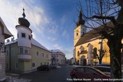 Blick zum ehemaligen Mairhof mit Runderker, dem Schloss Hochhaus und der Pfarrkirche.